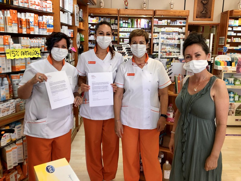 Ana Alvarez of Pearly Grey awards free holidays to the Callao Salvaje Farmacia team